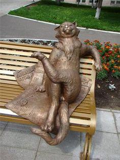 Скульптура Йошкин-кот, главный корпус Марийского государственного университета, Йошкар-Ола, республика Марий Эл, Россия.