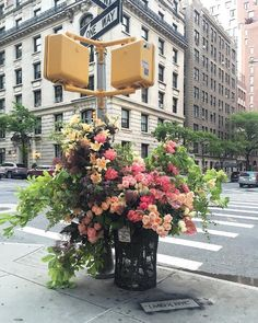 floral designer lewis miller turns NYC trash cans into bountiful bin bouquets Human Body Art, Flower Installation, Giant Flowers, Flowers Vase, Pretty Flowers, Colossal Art, Guerrilla, Simple Art, Banksy