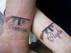 tatuajes en pareja, bonnie and clyde, pareja famosa, tatuaje de armas de fuego, amor eterno