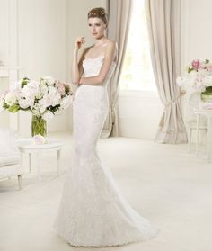 Vestido de novia corte sirena modelo Urarte con detalles y bordados en relieve - Foto Pronovias