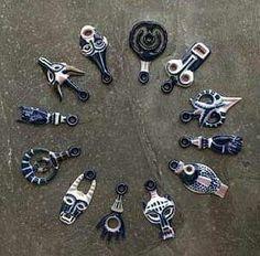 Los tengo todos y cada uno de ellos,heredados y cada uno tiene su significado propio! Porcelain Ceramics, China Porcelain, Compass Rose, Little Things, Celtic, Carving, Pendants, Beads, Jewelry