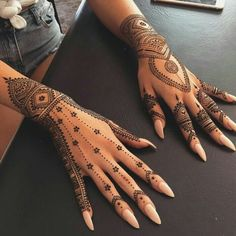 This henna art is perfect for … A simple and thin design with a little detailing. This henna art is perfect for a minimalist bride. Image via Beauty Health Tips . Henna Tattoo Hand, 1 Tattoo, Lace Tattoo, Henna Mehndi, Mehendi, Wrist Tattoo, Henna On Hand, Tattoo Maori, Samoan Tattoo