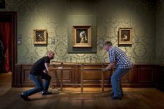 Het schilderij Meisje met de parel wordt recht gehangen. Meisje met de parel is een schilderij uit 1665-1667 van de Hollandse meester Johannes Vermeer.