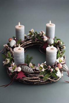 Pretty advent wreath for Christmas decorating Christmas Advent Wreath, Christmas Candles, Noel Christmas, Christmas Projects, Winter Christmas, All Things Christmas, Advent Wreaths, Nordic Christmas, Reindeer Christmas