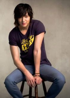OHMYGOSH. He's wearing jeans and t-shirt aojfh[osu{ Nawcneoh