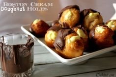 Fans of Boston cream pies will certainly love these delicious Shortcut Boston Cream Doughnut Holes. This easy doughnut recipe is made with pudding mix and Pillsbury biscuits. Just Desserts, Delicious Desserts, Dessert Recipes, Yummy Food, Breakfast Recipes, Quick Dessert, Funnel Cakes, Doughnut Holes, Boston Cream Pie