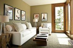petit salon avec des meubles en blanc