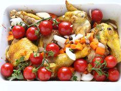 GALLO ALLA PROVENZALE 4/5 - Ponete i pezzi di gallo in una terrina da forno, aggiungete la marinata con le sue verdure e i pomodorini quindi infornate a 160 °C per 80-90 minuti mescolando di tanto in tanto.