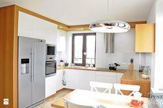 Biała kuchnia z drewnem. - Kuchnia, styl nowoczesny - zdjęcie od Freszdizajn - projektowanie wnętrz
