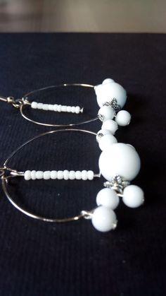 1 paio Orecchini Pendenti a cerchio grandi 40mm con perle e perline Bianche acriliche e argento tibetano di 3mm 6mm 12mm Modello Neve ecc. ecc. da donna bigiotteria in stock. €0,73