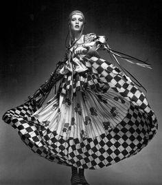 Ossie Clark vestiu os artistas mais vanguardistas, o que lhe deu muita visibilidade, sendo que neste caso vemos Twiggy numa das suas criações. As suas propostas têm referências étnicas e a sua principal característica é a mistura entre as referências folclóricas e a estética da Op Art.