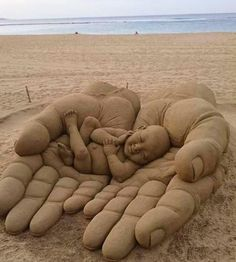 Summer time brings vacations at the beach and time to create with sand. Time for building a sand castle or going to a sandcastle contest. Time to view some awesome sand art sculptures! Here is: HE'S got the whole world in HIS hands! Land Art, Ice Sculptures, Sculpture Art, Art Plage, Art Et Nature, Wow Art, Beach Art, Ocean Beach, Nature Beach