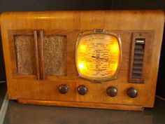Vintage Lissen Kenilworth valve radio wooden surround