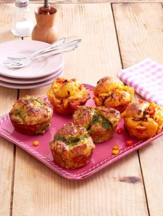 Mit frischem Brötchen-Teig aus dem Kühlregal gelingen die gefüllten, herzhaften Muffins ganz einfach. Einmal werden sie mit Schmand-Pesto-Creme gefüllt, einmal mit einer Gemüse-Käse-Mischung. Toll für die Party!