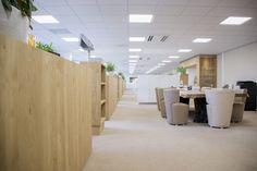 Maatwerk kantoor, uitgevoerd in eiken en hoogglans wit.