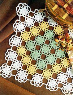 tejidos artesanales: carpeta cuadrada tricolor tejida en crochet; crochet doily made with pretty Victorian-style square motifs