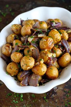 Roasted Potatoes and Onions with Blue Cheese…A side dish recipe that will steal the show! 135 calories and 4 Weight Watchers SmartPoints (Blue Cheese) Roasted Potatoes And Onions, Roasted Potato Recipes, Cheese Potatoes, Onion Recipes, Vegetable Recipes, Blue Cheese Recipes, Veggie Food, Potato Side Dishes, Vegetable Side Dishes