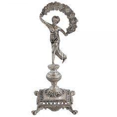 Raro paliteiro em prata luso brasileira, representando menina com guirlanda, apresentando pequeno