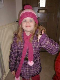 L vindt haar nieuwe muts en sjaal duidelijk oké. www.meikewithlove.be