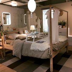 Au hasard des achats chez Ikea, repérage du nouveau lit Gjora... Le cadre de lit en bouleau fait office de portant pour les vêtements ; idée astucieuse à retenir pour des petits espaces. #ikea #ikeabed #gjöra #lit #petitespace #petitsespaces #chambre #interiordesign #mursetmerveilles