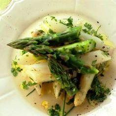 Salade met groene en witte asperges