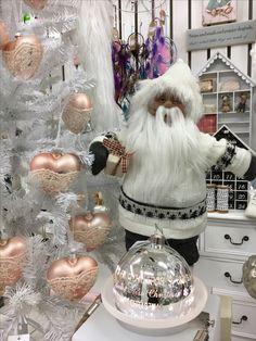 Ihania joulupukkeja ja tonttuja puoti pullollaan .