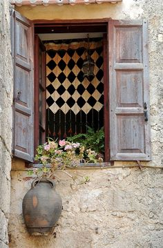 Window in the Medieval Town of Rhodes Island, Greece (by Ulysse2001 on Flickr)