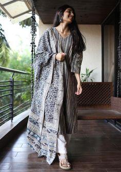 Cotton Dresses Online, Cotton Anarkali, Pakistani Dresses Casual, Saree Models, Desi Clothes, Indian Wear, Indian Outfits, Black Stripes, Dress Up