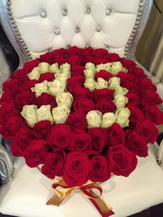Aranjament cu cifra 35 din trandafiri rosii si albi. Roses Luxury, Luxury Flowers, Black And White Roses, Pink And Gold, Orange Roses, Purple Roses, Stock Wedding Bouquet, Stock Flower, Box Roses