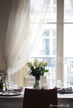 Table setting in Paris French Apartment, Parisian Apartment, Paris Apartments, Paris Flat, Paris Paris, Houses In France, Tiny Spaces, Rose Cottage, White Roses