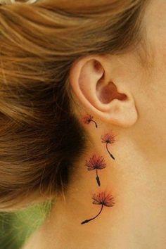 Un tatouage délicat en couleur derrière l'oreille