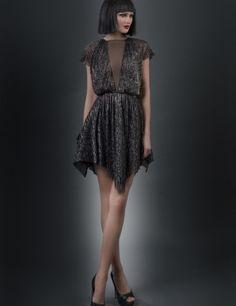 #Rochia Call Her este o #rochie scurta asimetrica din lurex plisat si tafta cu un decolteu V destul de adanc dar in acelasi timp discret, datorita voalului negru transparent care lasa la vedere exact atat cat trebuie. Spatele rochiei se evidentiaza printr-un decolteu discret si #sexy, iar tu te vei simti delicata si #feminina.
