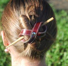 Barrette à cheveux en cuir faite main de la boutique cuirssaintcrepin sur Etsy