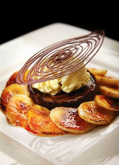 Chocolat and Banana Caramel Tart recipe not sure about the plating overall, but I like the chocolate swirly thing on top a lot! Gourmet Desserts, Fancy Desserts, Plated Desserts, Delicious Desserts, Dessert Recipes, Yummy Food, Dessert Presentation, Caramel Tart, Bon Dessert