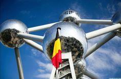 L'Atomium dédie une sphère à Englert ! Après avoir dédié une première boule au prix Nobel belge, Ilya Prigogine, les gestionnaires de l'Atomium, aussi vifs qu'un boson, annoncent que la sphère de base de l'édificie portera désormais le nom du tout nouveau prix Nobel, belge, François Englert. http://www.lesoir.be/335080/article/actualite/sciences-et-sante/2013-10-08/francois-englert-nobel-physique-rend-hommage-robert-brout #Belgique #Nobel2013 #Atomium #Bruxelles Copyright Normann Szkop