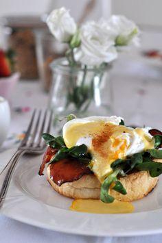 Trudno jest mi wyobrazić sobie lepsze śniadanie, niż to z jajkami w roli głównej. Kiedy dodatkowo jajko przybiera postać najdelikatniejszą (czytaj: ugotowane jest w koszulce), jestem naprawdę w siódmym niebie! To bardzo klasyczny przepis, jednak i przy takim można pozwolić sobie na małe eksperymenty. Na moim stole zagościła więc przypieczona bułeczka, szynka szwardwaldzka, roszponka, jajko …