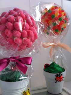 Arboles de chuches. Candy trees Food Bouquet, Diy Bouquet, Candy Bouquet, Candy Art, Candy Crafts, Sweet Carts, Edible Bouquets, Sweet Trees, Hello Kitty Birthday
