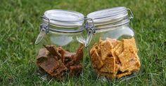 Rohkost-Plätzchen und Cookies als gesunder Snack (Trockenfrüchte, eingeweichte Mandeln und Agavendicksaft). Statt Dörrautomat kann evtl. auch der Backofen verwendet werden.