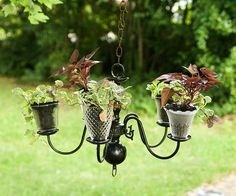 You have an old chandelier gathering dust in the attic? You can give it a second life in your garden. If you don't have a chandelier, you can improvise one with… Recycled Planters, Recycled Crafts, Garden Planters, Hanging Planters, Hanging Gardens, Recycled Lamp, Recycled Garden, Garden Table, Hanging Baskets