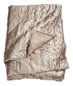 Sieh's dir an! Tagesdecke aus gequiltetem Satin, Unterseite aus Baumwollvoile. Dünne Polyesterwattierung.  – Unter hm.com gibt's noch viel mehr.
