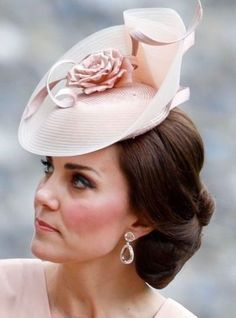 2017 - Duchess Kate Middleton at hee sister Pippa Middleton's wedding. Kate Middleton Hats, Style Kate Middleton, Princesa Kate Middleton, Pippa Middleton Wedding, Fascinator Hats, Fascinators, Headpieces, Pippas Wedding, Wedding Dress