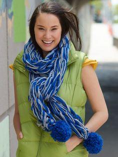Arm Knit School Spirit Scarf    Yarnspirations #armknitting #knit