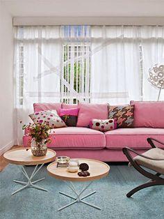 No blog tem inspirações lindas de salas com sofá rosa para dar uma transformada fashion na área social de sua casa