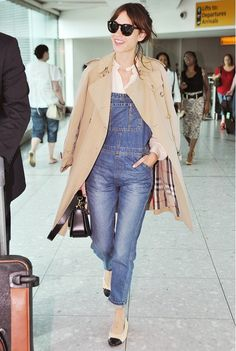 what to wear to fly, airport outfit, alexa-chung-trench-coat-overalls-chanel-ballet-flats-airport-via-whowhatwear Denim Fashion, Girl Fashion, Fashion Outfits, Fashion Ideas, Beige Trenchcoat, Jeans Overall, Mantel Beige, Alexa Chung Style, Salopette Jeans