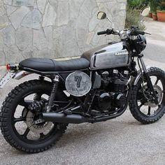 Kawasaki Cafe Racer, Bmw Cafe Racer, Cafe Moto, Cafe Racer Style, Cafe Racers, Tracker Motorcycle, Cafe Racer Motorcycle, Motorcycle Design, Bmw Motorbikes