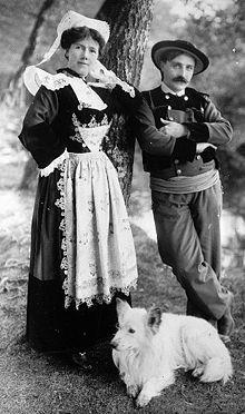Théodore Botrel et sa femme portant le costume traditionnel de la région de Pont-Aven vers 1900.