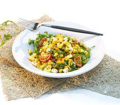 Maissalat kann auch ganz anders als mit einer mastigen Curry-Mayonnaise-Sauce zubereitet werden. Zum Beispiel wunderbar leicht mit frischem Gemüse.