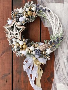 In this DIY tutorial, we will show you how to make Christmas decorations for your home. Country Christmas Decorations, Christmas Tree Themes, Christmas Tree Decorations, Christmas Holidays, Christmas Ornaments, Christmas Projects, Holiday Crafts, Diy Wreath, Holiday Wreaths