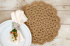 Add a rustic yet chic accent to your table with these pretty jute crochet placemats ... make a set for yourself or give as a gift! FREE crochet pattern. #crochet #fiber