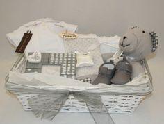 www.lacestiatdelbebe.es Preciosos detalles en color gris de Artesanía Parras completan esta cesta con trajecito de Chocolat Baby. A la venta en nuestra tienda por 79.95€ disponible para niño o niña